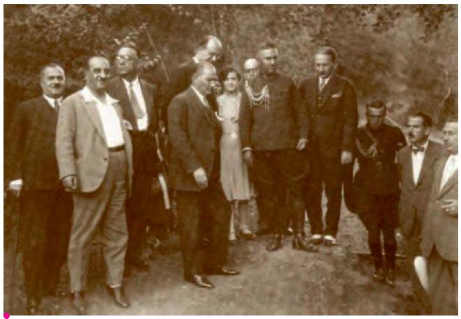 Cumhurbaşkanı Gazi Mustafa Kemal, Yalova'nın imarı hakkında ilgililerle görüşürken.