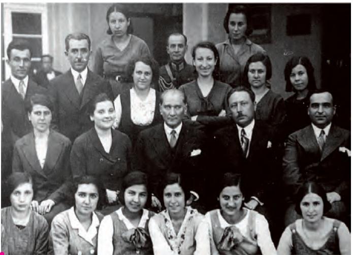 Atatürk, İzmir Kız Muallim Mektebi öğrencileriyle